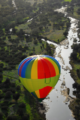 Hot air balloon over Avon River - Photo by Ines Canale